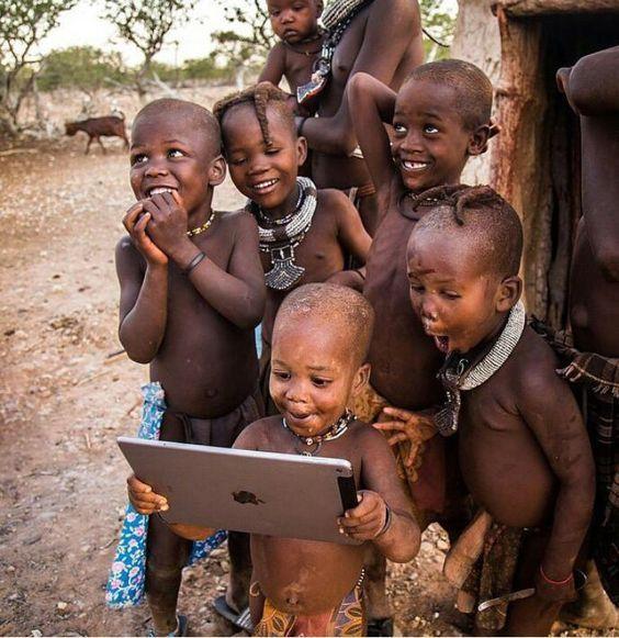 niñas africanas estudiando